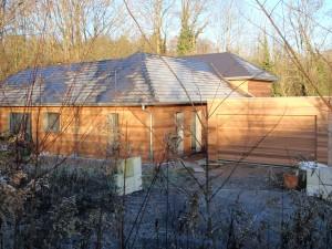 Maison à ossature bois avec bardage mélèze. Vue avant.