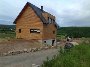Maison en bois avec bardage horizontal en bois et garage enterré. Maison à ossature bois en Alsace. Autre vue