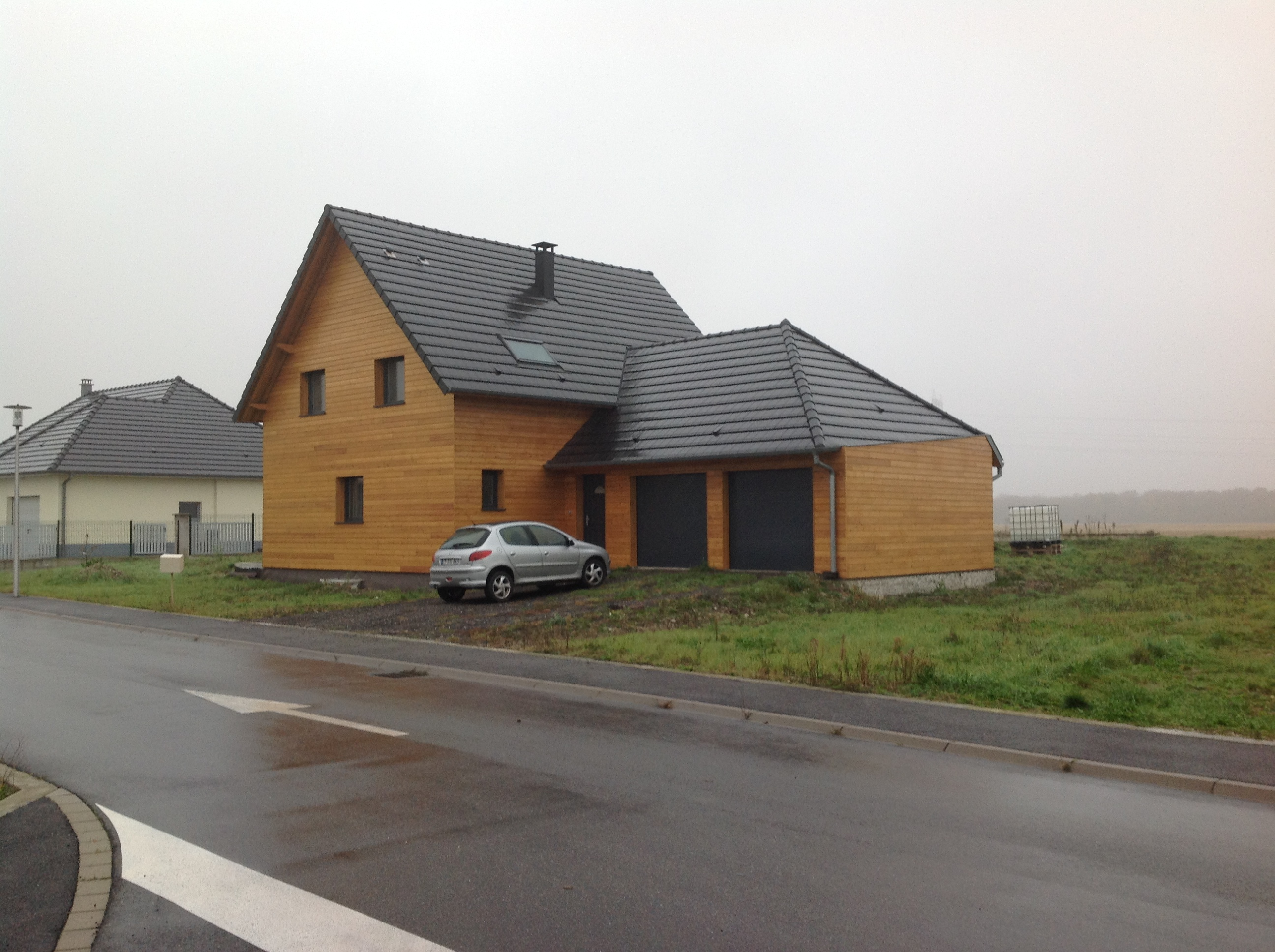 Maison en bois toiture pente multiple abt construction for Garage exterieur design
