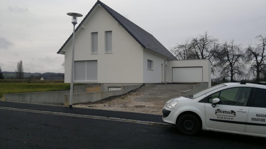 Maison à ossature bois. Avec volets roulants intégrés dans le mur. Vue avant.