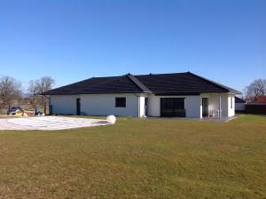 Maison en ossature bois BBC et norme RT 2012. Avec terrasse en bois couverte.