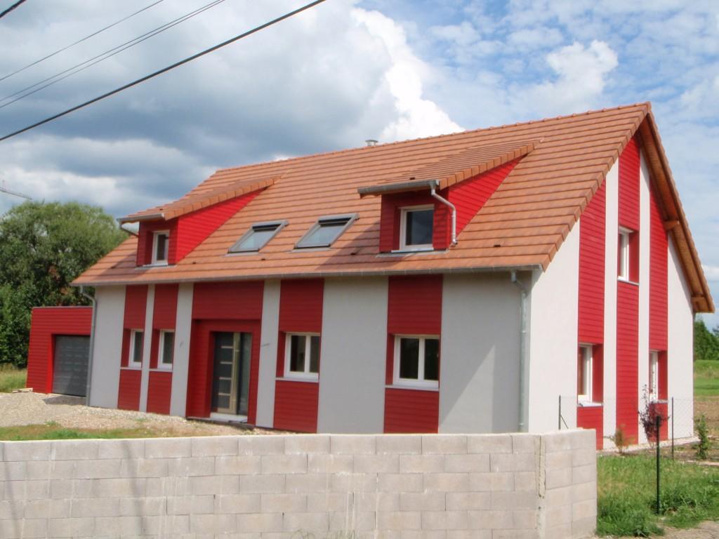 Maison en ossature bois avec mixité de bardage et couleur blanc et rouge. Vue avant.